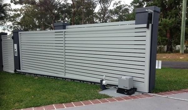 Cửa cổng trượt tự động thường sử dụng cho cổng sắt hộ gia đình, cổng ra vào cơ quan Nhà nước hoặc ở các nhà máy, xí nghiệp